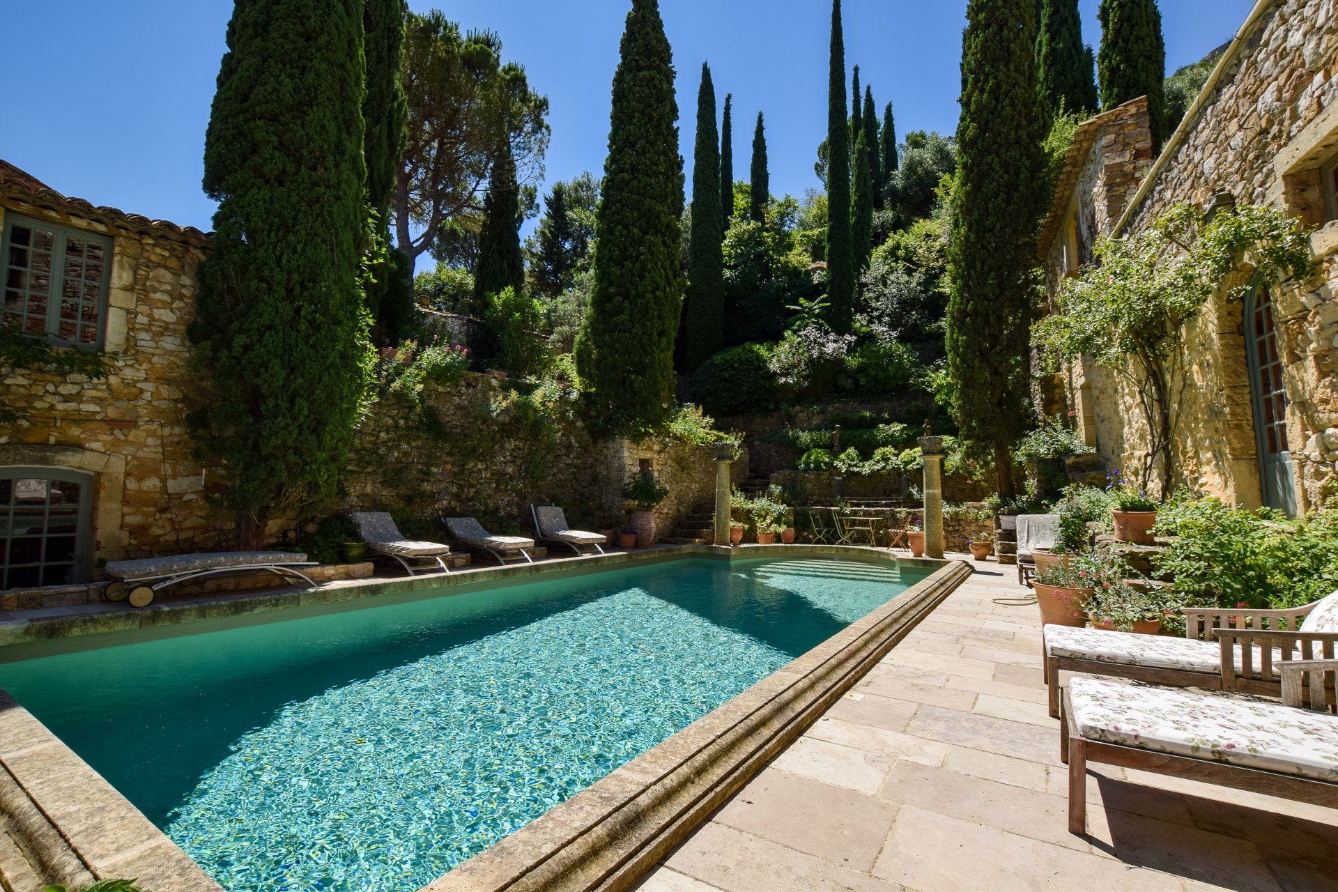 Château, 17th century, splendid renovation at 20 minutes from Avignon, pool and gardens