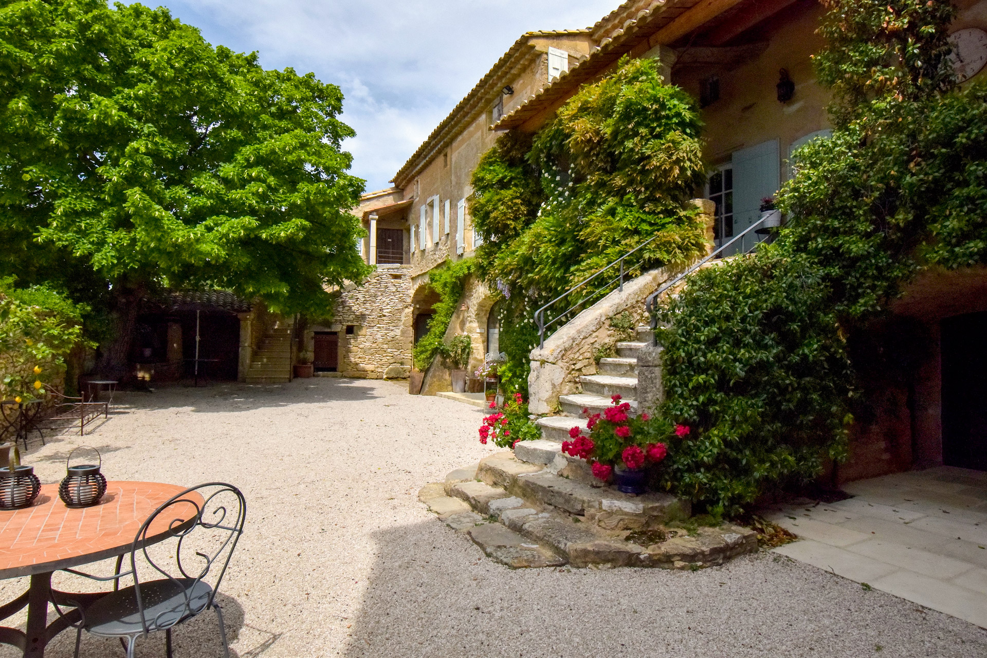 Uzès region, charming golden stone property, 400 m² SH with lovely garden and pool