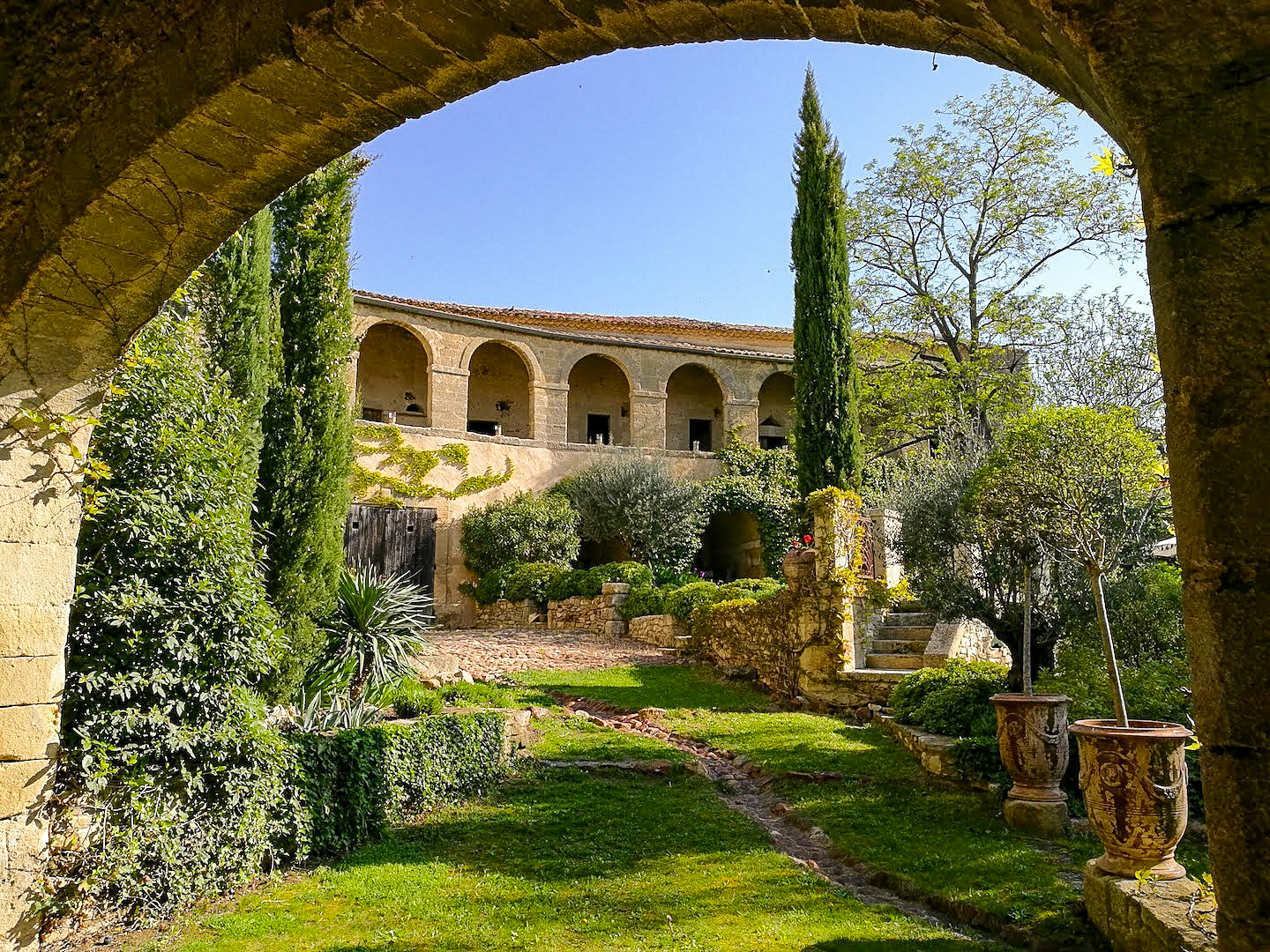 2205 : Uzès close by, gracious and elegant 17th century Bastide, previous ducal hunting lodge  with its gardens and bassin…