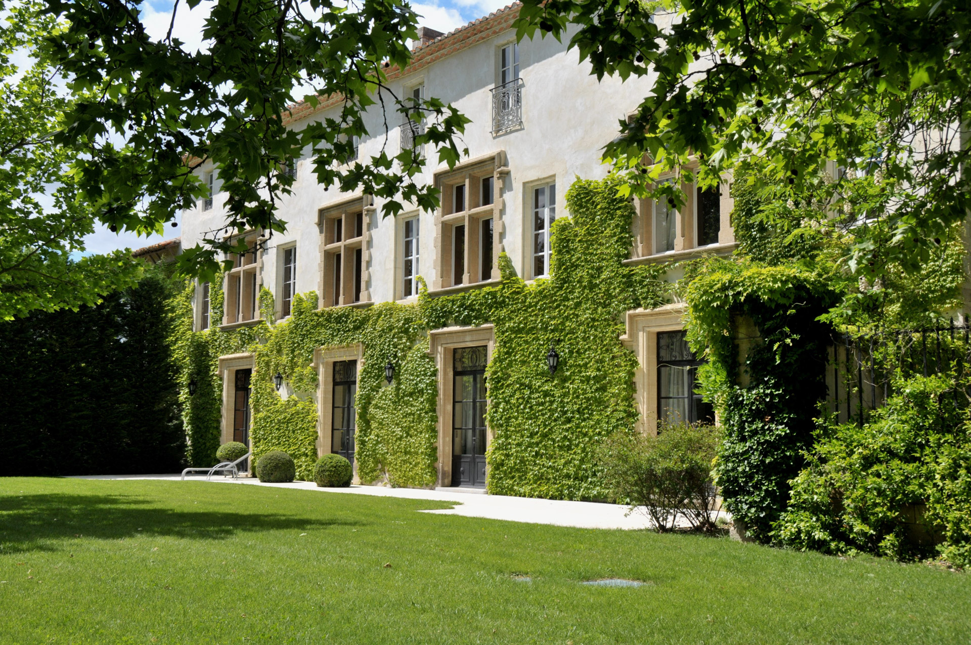 Villeneuve-les-Avignon close by, elegant 16th century Chateau, beautiful grounds, at just minutes from the Papal Palace