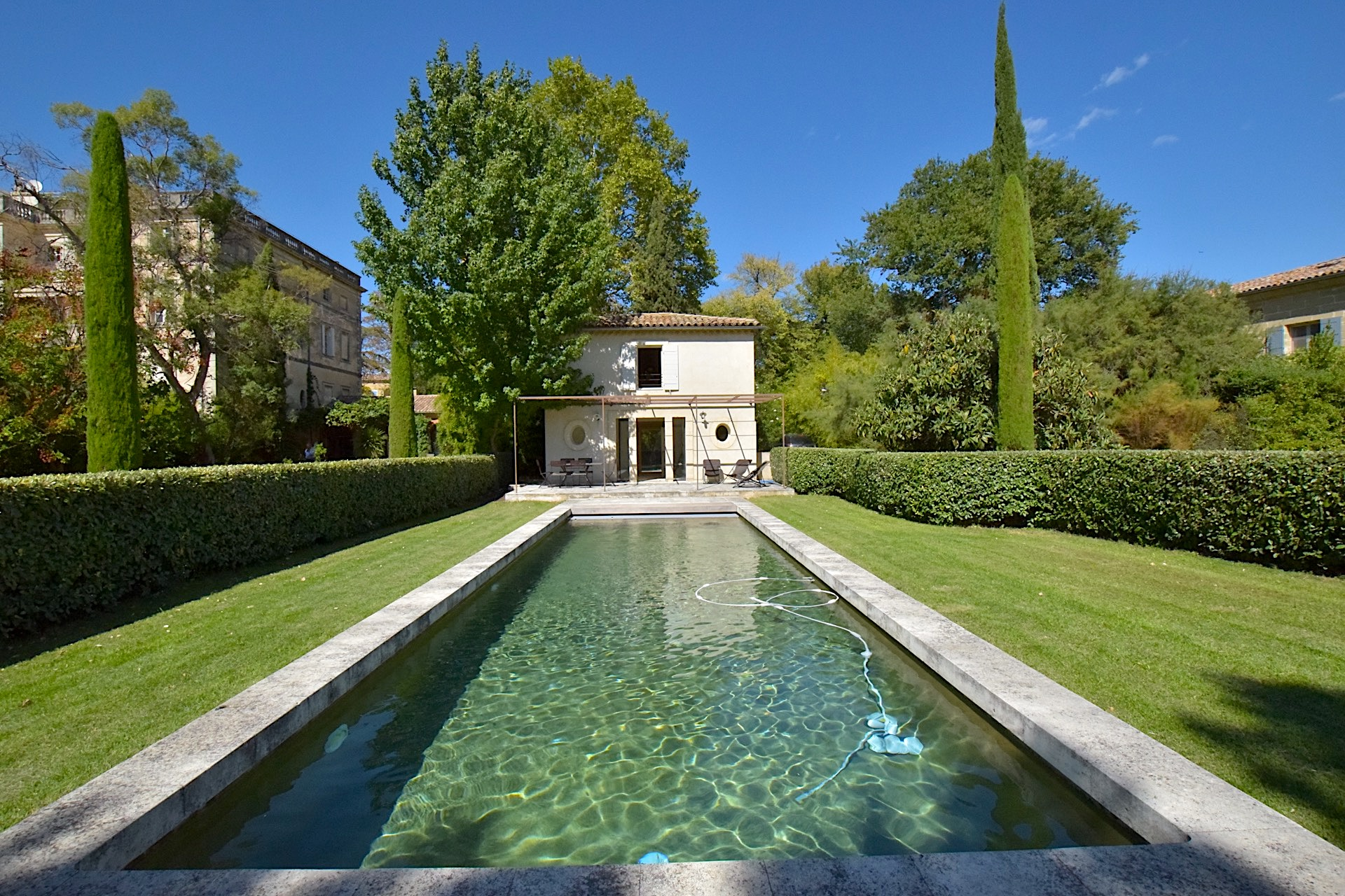 Uzès, rare ! Orangerie, 215m2 on 1/2 acre private grounds, guest house and pool.