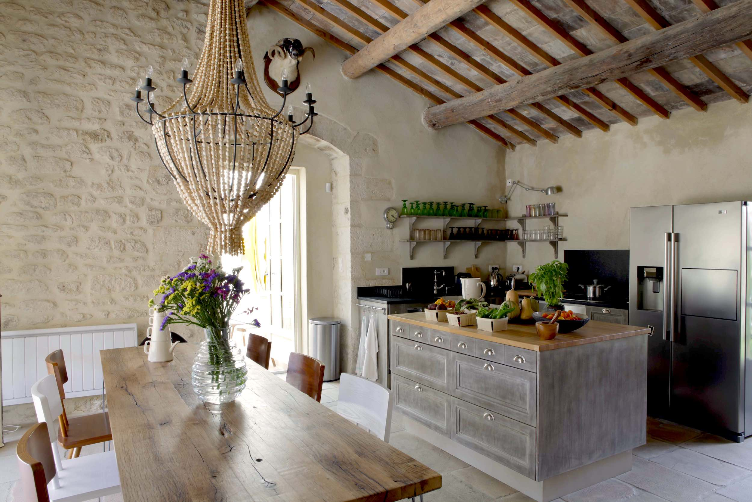 Uzès – Avignon, magnificent demeure, village with amenities, 375m2 living space, terraces, heated pool.