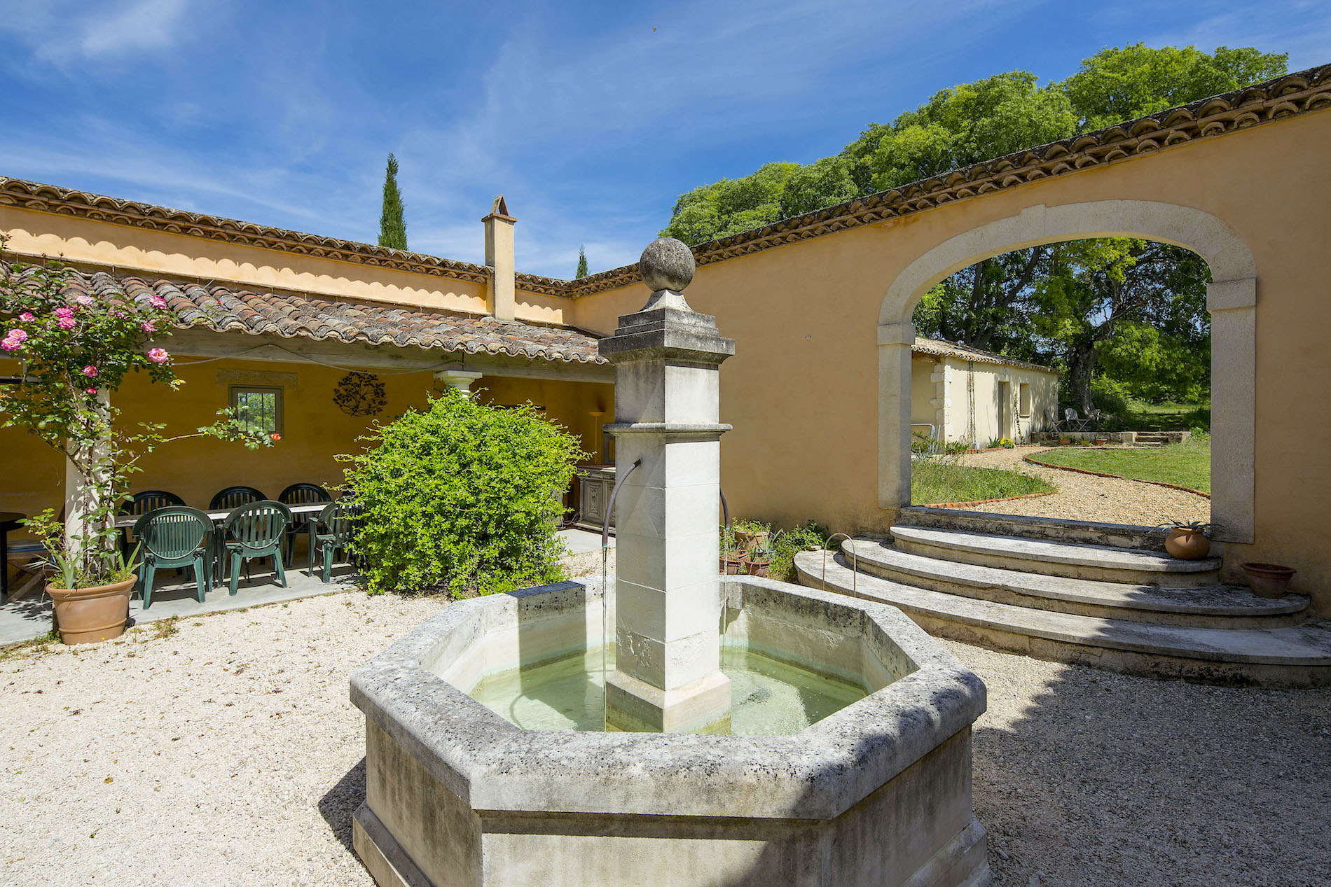 UZES, walking distance, beautiful Mas, 210m2 on 4 acres of grounds, heated pool