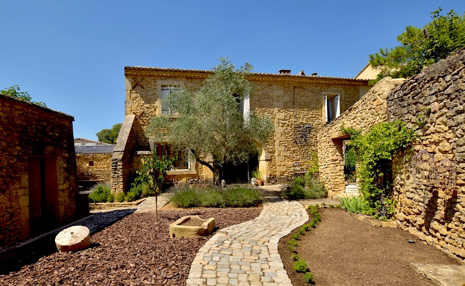 2157 : Uzès, sought after village close to all amenities, charming house with large garden and pool.