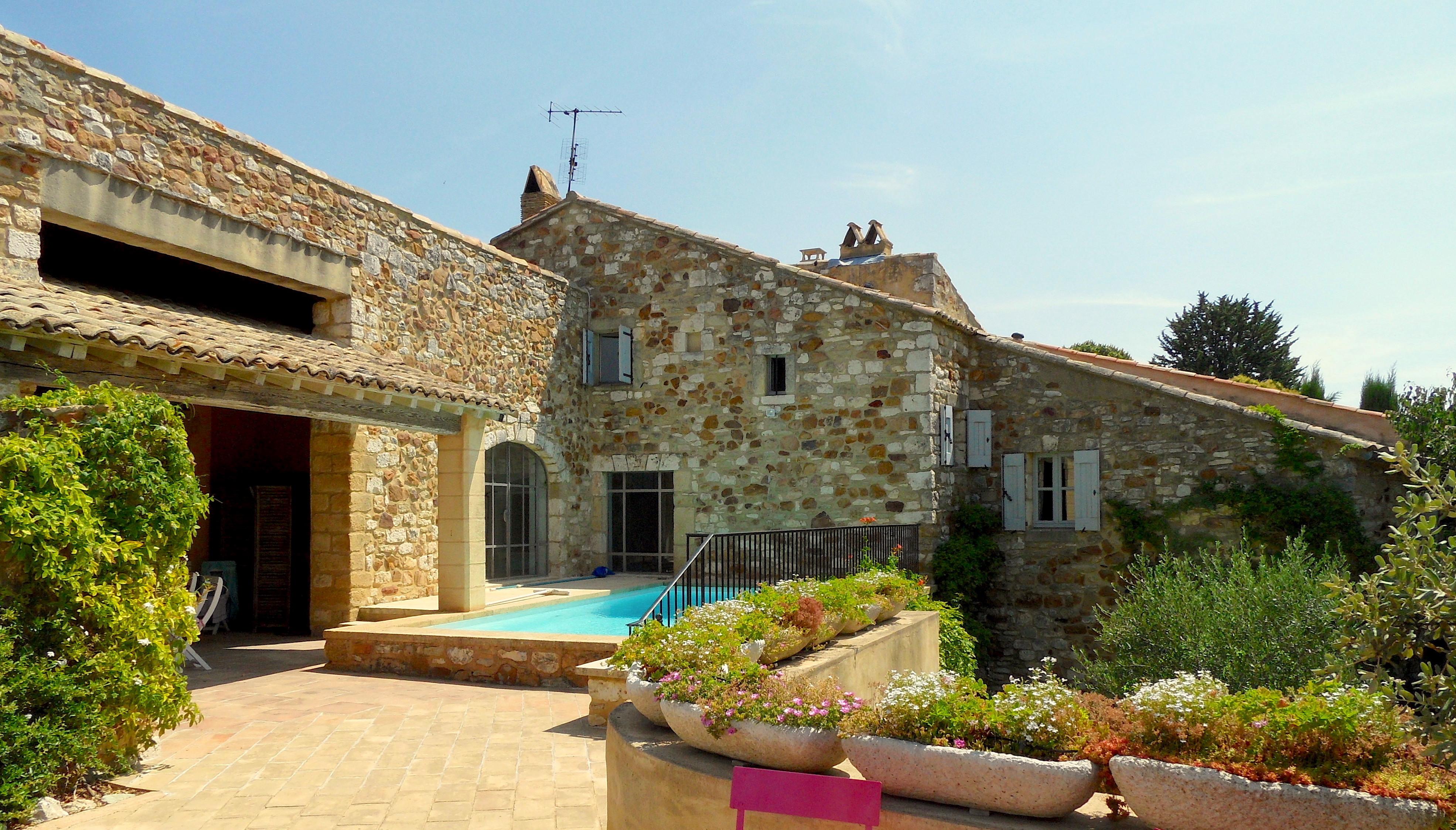 2168 : Uzès à 10 minutes, propriété et village de charme, 315m² SH, terrasses, jardin, piscine, luminosité…