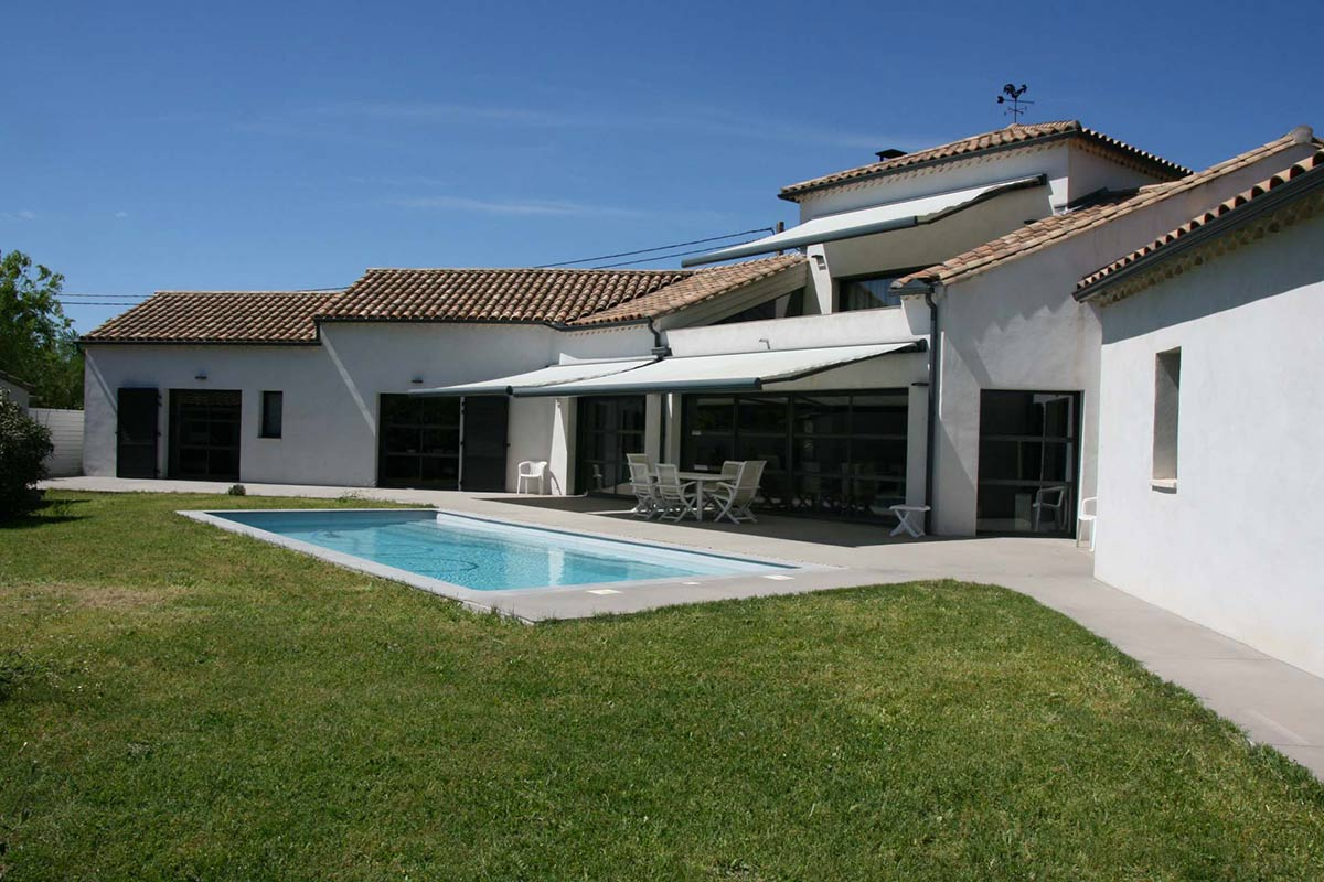 2155 : Uzès, 5 k,  high quality villa, contemporary style with swimming pool and guest house.