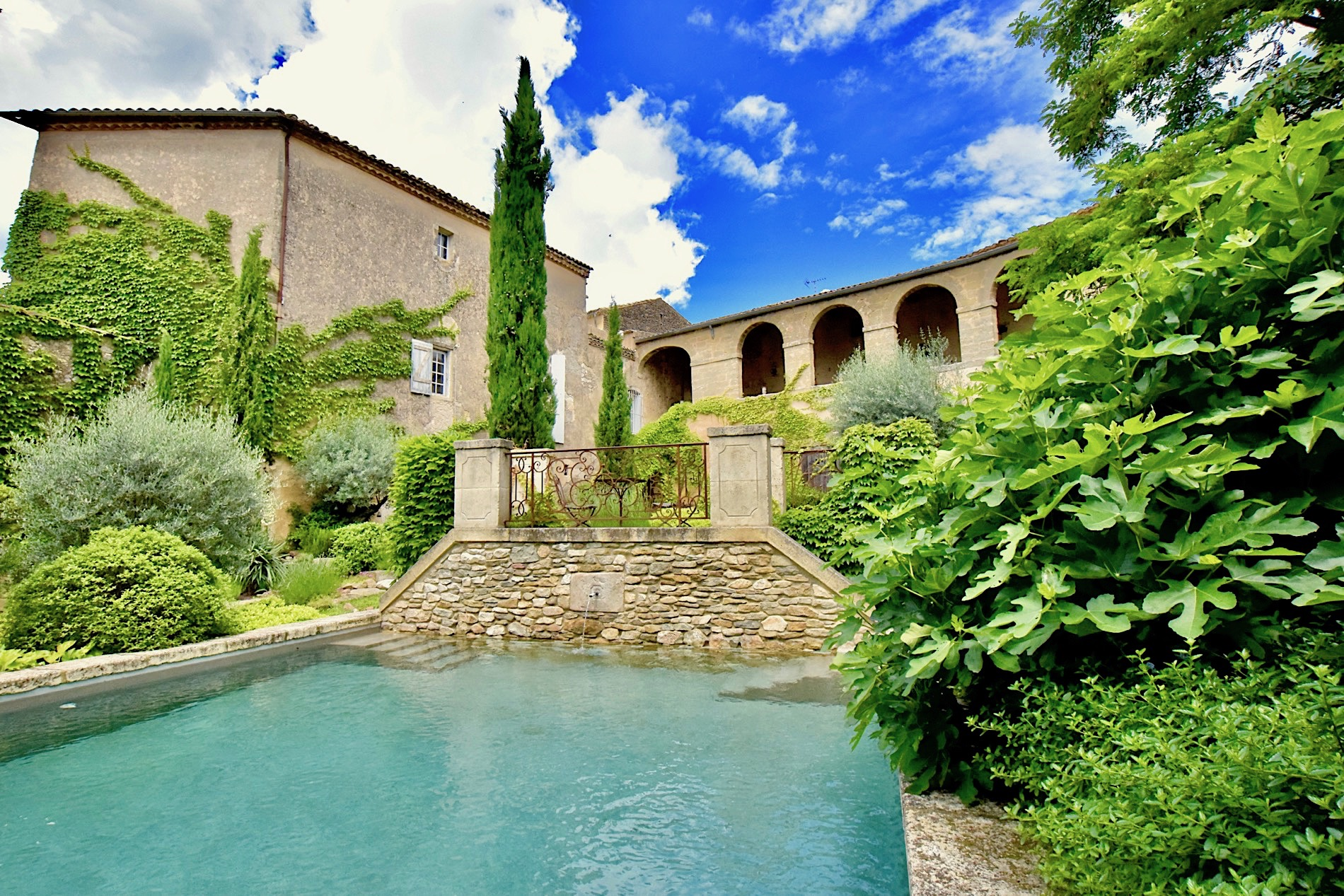 2205 : Uzès close by, gracious and elegant 17th century Bastide, former ducal hunting lodge  with its gardens and bassin…