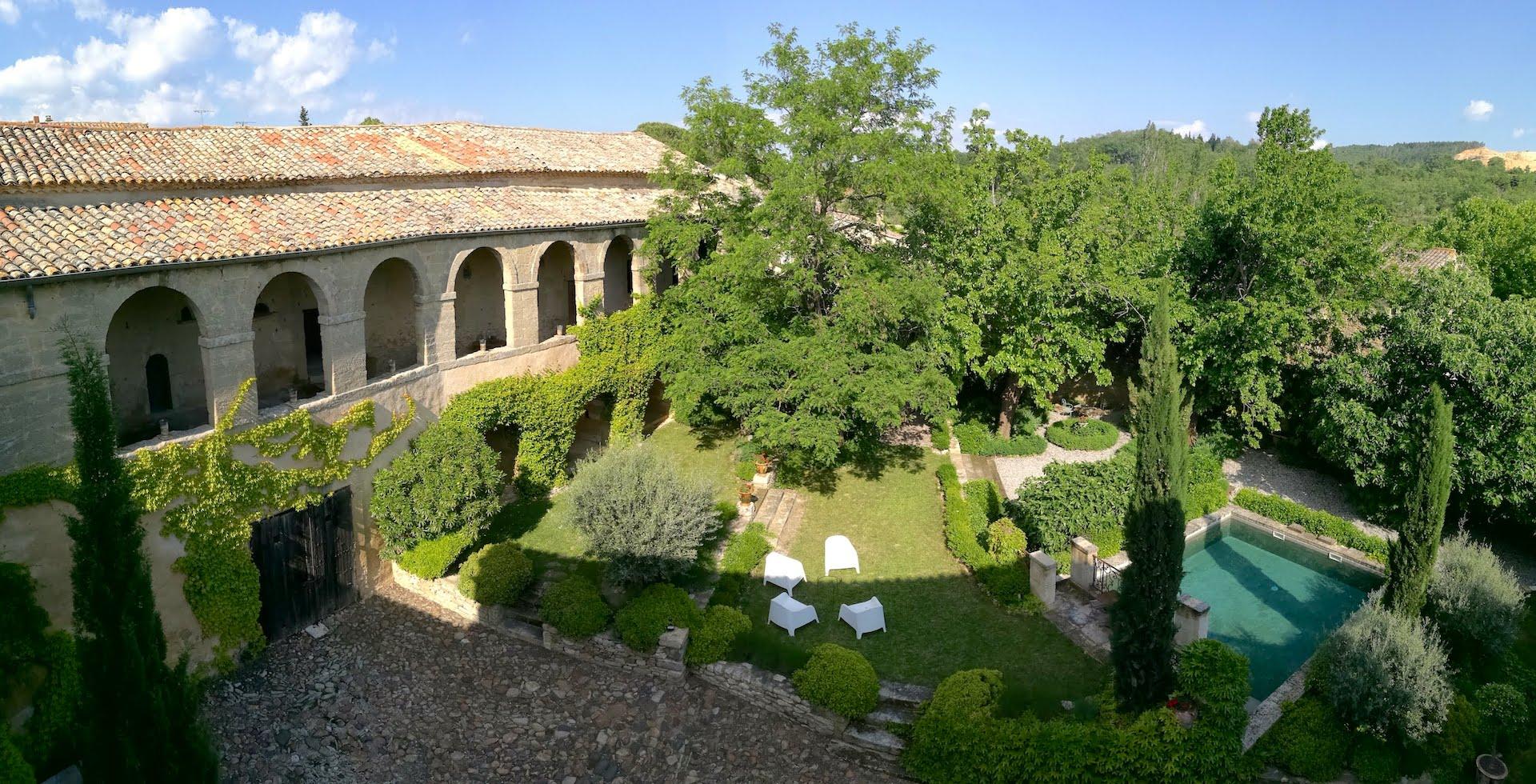 2205 : Uzès proche, élégant et raffiné, Bastide VXII eme siècle, ancien pavillon de chasse, avec son jardin et bassin