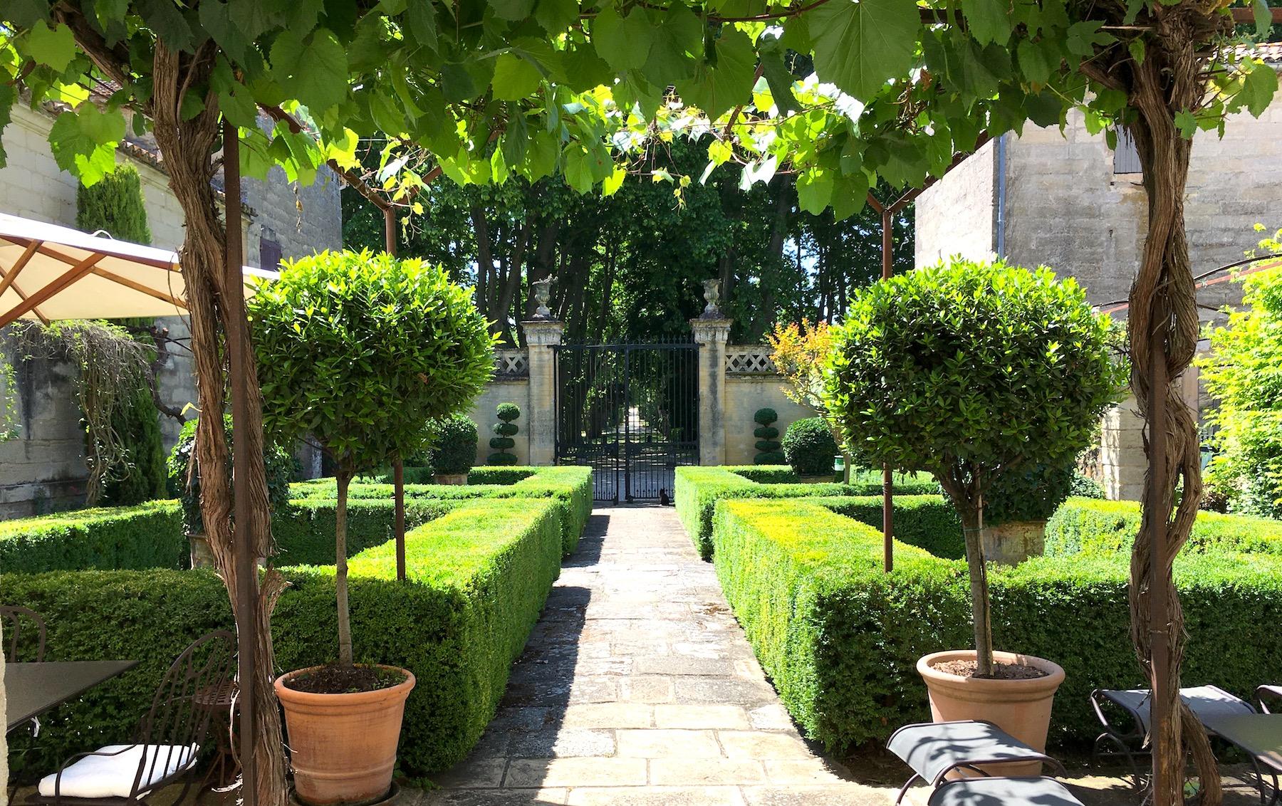 2222 : UZES, Domaine historique avec sa Cour d'Honneur, parc paysager et piscine chauffée, sur 4,5 ha terrain.