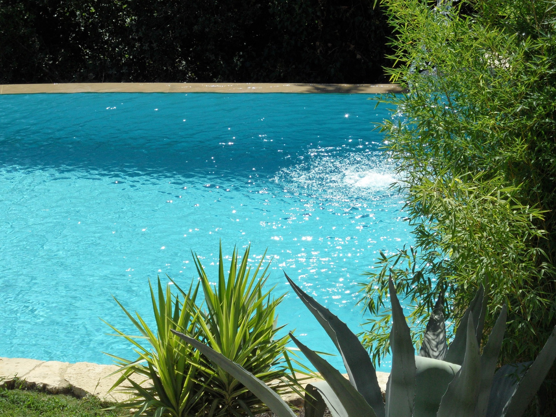 2251 : Uzès nearby,  recent stone house, with garden and large, unique swimming pool with fountain