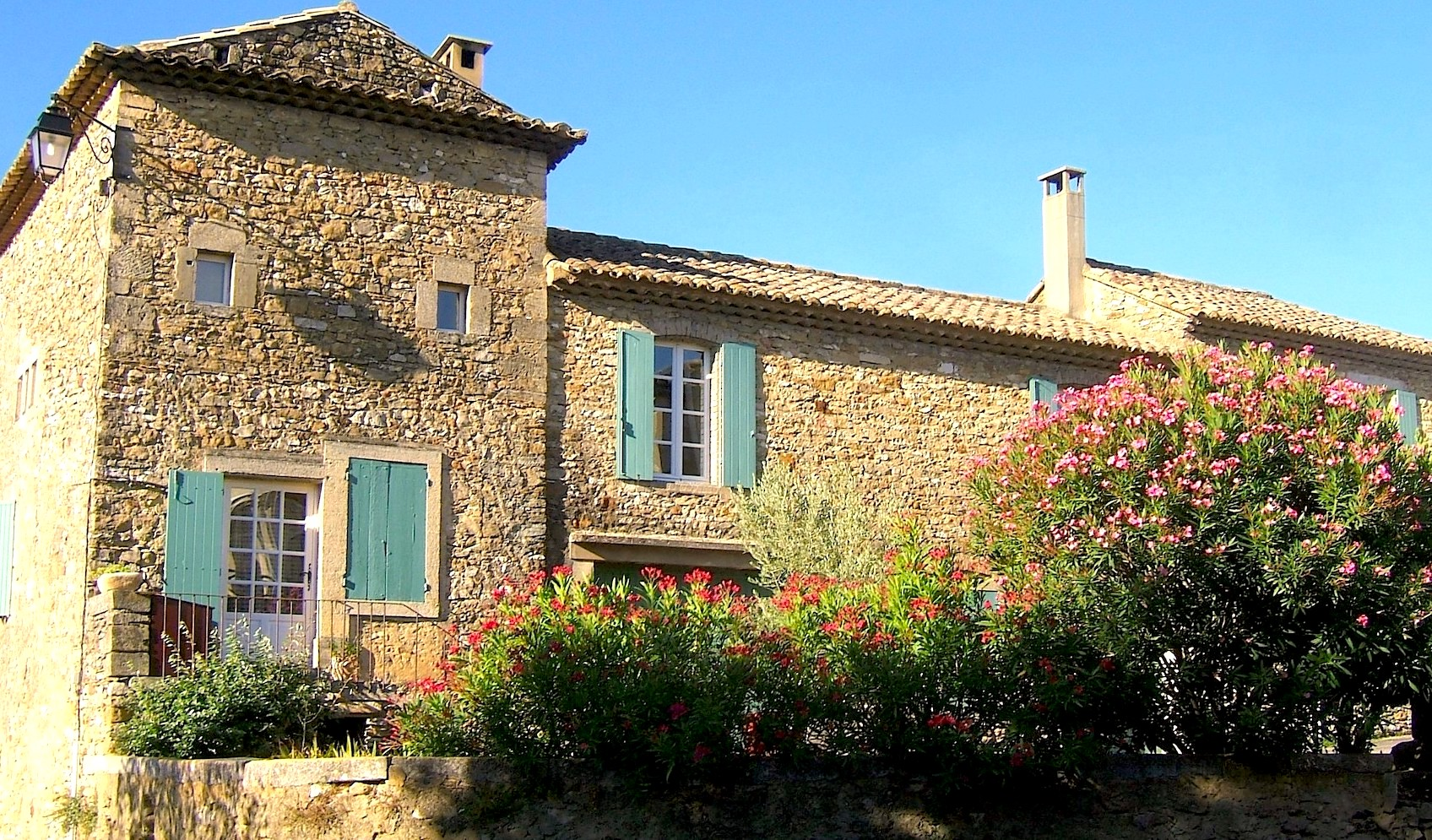 2281 : Uzès region, large village Mas with two houses, spacious courtyard and room for development.