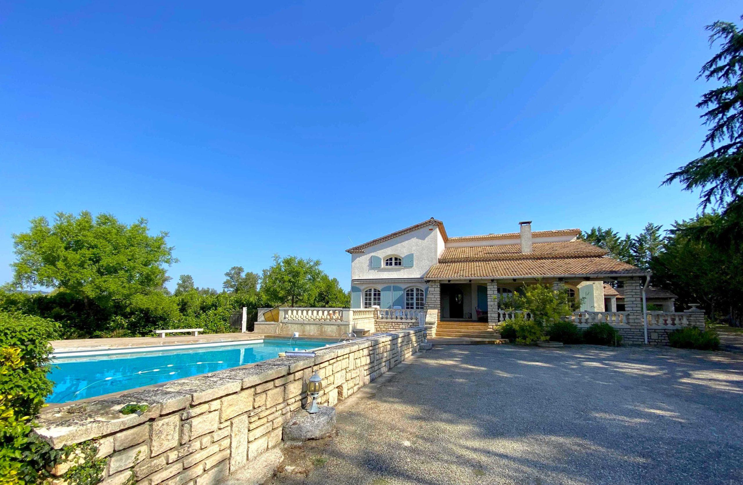78518 : Barjac, grande et belle maison 270m² SH sur 6800m² terrain clos avec piscine